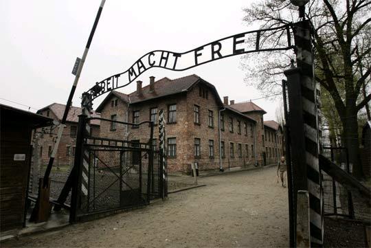 """""""Работата те прави свободен"""" - известният надпис над вратата на концлагера в Аушвиц. Разбира се героят на този разказ не е бил в този лагер, но надписът на вратата може да се разбира и в много по-широк контекст - като метафора за невъзможната свобода във всички тоталитарни режими. Снимка: ЕПА/БТА"""