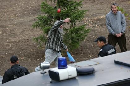 9-ти септември 2015 г. Николай Колев успява да хвърли домат над обградилите го полицаи и полицейска кола, която пази пред парламента. Снимка: http://clubz.bg