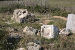 Останки от надгробни паметници на загинали български войници в Дойранската епопея. Снимка: http://zetramedia.com