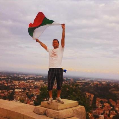 Бесарабският българин Максим Димитров, който е следвал в България, а сега работи тук, развява националния трибагреник над Пловдив 130 години след акта на Съединението.