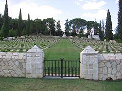 Британско военно гробище в Ругуновец, Гърция (на гръцки: Πολύκαστρο, Поликастро), в което са погребани загинали при Дойран британски войници. Снимка: bg.wikipedia.org