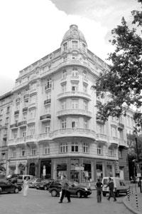 """рандхотел """"Империал"""" е събирал хайлайфа на града в изискания си ресторант. След 50-те години сградата приютява хотел """"Средец"""" и бар """"Ориент"""", """"Интерпред"""", ЦК на ДКМС, а през 1990 г. в нея отваря централния си офис Първа частна банка. Снимка: сп. """"Тема"""""""