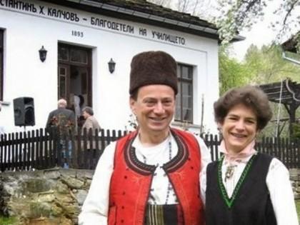 Джон Бризби и неговата съпруга Клеър в български народни носии. Снимка: Тroyan21.com