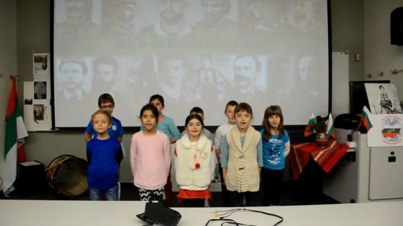 """Деца от Българското училище """"Джон Атанасов"""" пеят песен за родния край по време на открит урок на Виолета"""
