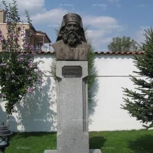 Паметникът на Антим I в църкавата
