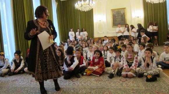 Снежина Мечева с деца от Българското училище към посолството ни в Лондон