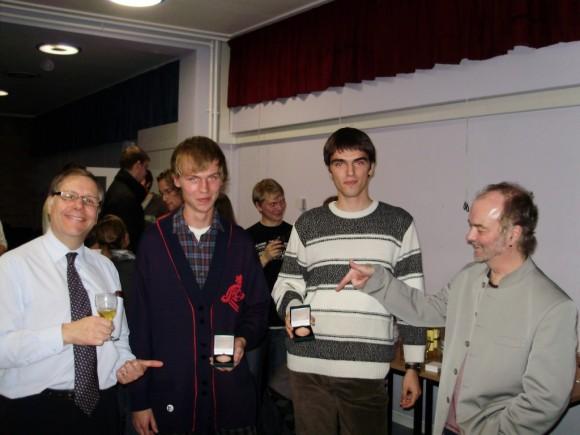 Награждаването на отличниците в първи курс Владислав Василев е момчето с бяло-сивия пуловер. Снимка: danybon.com