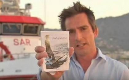 Джонатан Самюълс, репортер на Sky News, намиращ се на остров Лесбос, Гърция, показва ръководството, което се дава на мюсюлманските имигранти, преди те да тръгнат за Европа