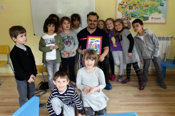 Никола Райков с някои от своите вдъхновени малки читатели