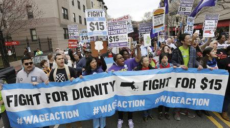 Момент от протести с искане за повишение на минималната работна заплата.  Бостън, май 2015 г.