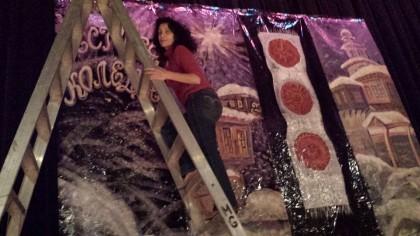 Кина Бъговска, снимана докато работи по украсата на Българския Коледен концерт в Чикаго в края на миналата година. Снимка: Фейсбук профил на Кина Бъговска