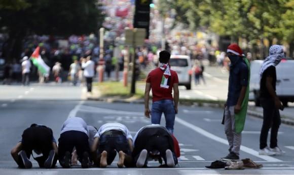 Мюсюлмани се молят по време на протест в Брюксел. Снимка: архив, Reuters