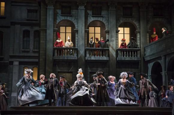 """Сцена из спектакля """"Ромео и Джульетта"""". Фото – Тодд Розенберг"""