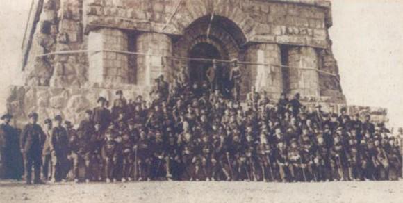 Останалите живи опълченци, снимани пред паметника на връх Шипка преди неговото освещаване