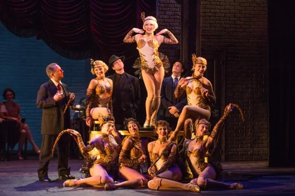 "сцена из спектакля ""Пули над Бродвеем"". Фото – Broadway In Chicago"