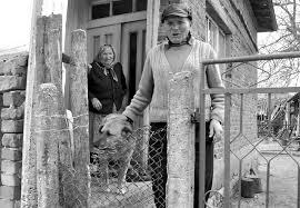 Това възрастно семейство от с.Черно поле, Видинско, се страхува да излезе от къщата си. Селото, в което са останали да живеят стотина пенсионери, е постоянен обект на кражби. Снимка: Вlog.vidin-online.com