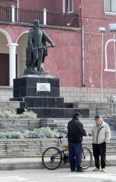 """Партизански паметник, намиращ се в центъра на едно българско градче. Улицата, покрай която е разположен този паметник, все още се нарича """"Георги Димитров"""". Снимка: Вorbabg.com"""