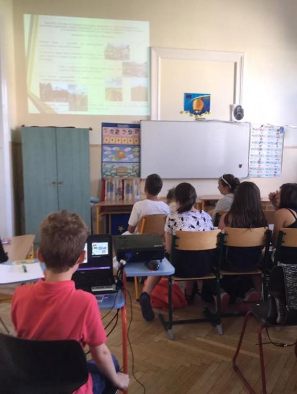 В класната стая: презентация на Никола Мусев, ІІІ клас, в която той разказва за своето семейство, заселено от поколения в Унгария.