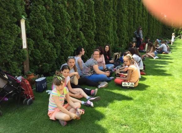 В градината на семействата Тихови и Владови децата бяха посрещнати с истинска българска щедрост.