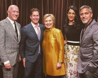 Хилари Клинтън (в средата) заедно с Джордж Клуни и съпругата му Амал (в дясно)