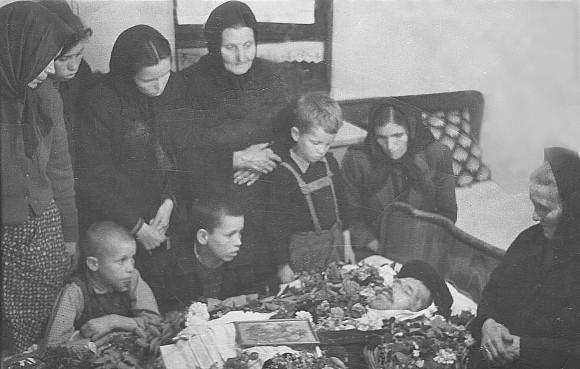 Прощаването с бащата, 28 април 1959: Прави: Роднина, двете му дъщери и майка му; Седнали: трима от четирите му сина, жена му и нейната майка. Най-големият му син Атанас още не е пристигнал от казармата в Гара Пирин.