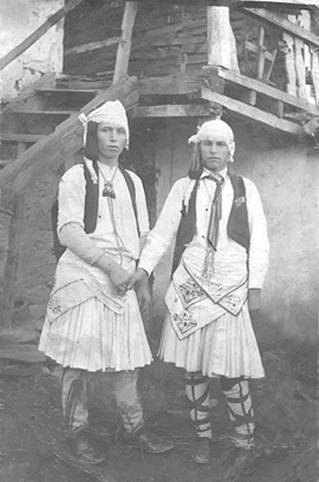 14 януари 1931 г., Василовден. Вельо (вляво) в русалийска носия