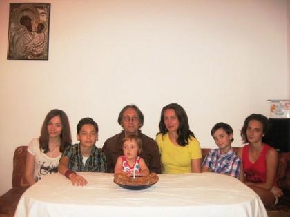 Емил Стоянов със съпругата си и петте си деца на рождения ден на най-малкото дете. Снимка: Фейсбук профил на Емил Стоянов