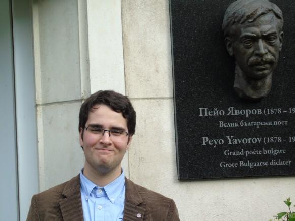 """Христо Доков пред БУ """"Пею Яворов"""" в Брюксел. Той е и знаменосец на училището"""