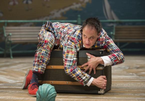 "Тимоти Эдвард Кейн в спектакле ""Один человек, два господина"". Фото – Майкл Бросилоу"