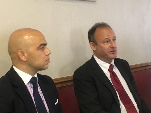 Генералният консул Симеон Стоилов и посланик Ерик Рубин на срещата с български медии в Чикаго.
