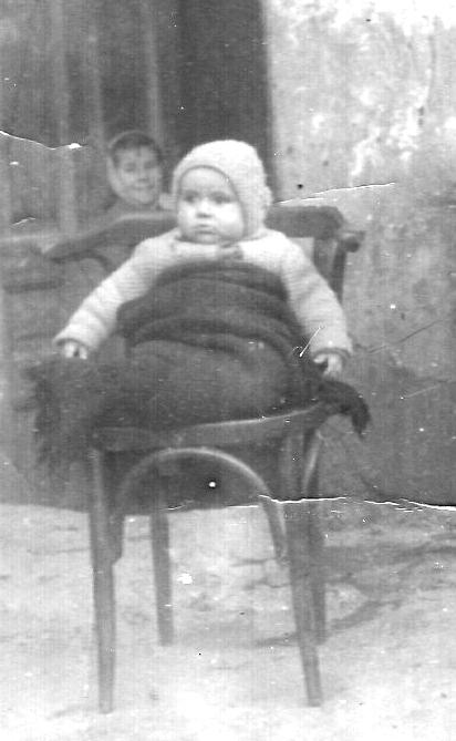 1954 г. Момиченчето със забрадката на заден план на снимката е Магладена Шумарова.