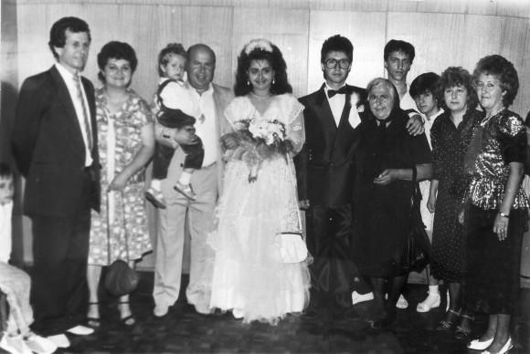1985 г., роднинска сватба. Възрастната жена в черно е майката на Магдалена Шумарова.