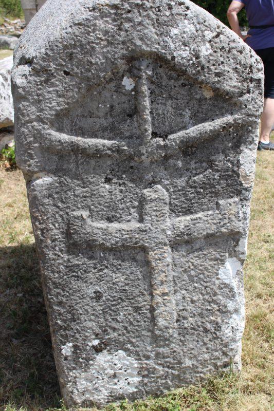 Фиг. 10. Стечка с означения за кръст върху кръст, символ на възкресението чрез прераждане