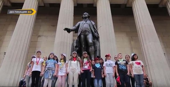 """""""Пим-Пам"""" пее пред паметника на Доордо Вашингтон. Кадър от филма"""