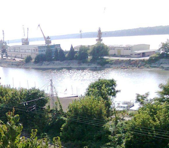 За да докара съдебно решение в полза на бившия областен управител Пламен Стоилов, Окръжен съд - Русе излъга, че терена под сградата в долната част на снимката се намира в пристанището на отсрещния бряг на канала. Деянието е разкрито още през 2013г.,но до днес същите съдии нито са наказани дисциплинарно, нито са подведени под съдебна отговорност.