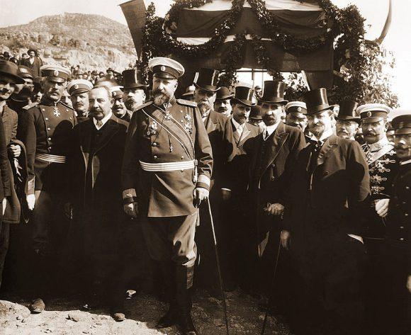 Княз Фердинанд I, премиерът Александър Малинов, министри, офицери и други официални лица при обявяването на независимостта на България