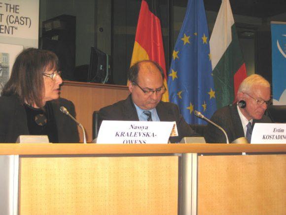 Нася Кралевска в Европейския Парламент с Президента на ЕП Ханс-Герт Пьотеринг и с Евтим Костадинов-Председател на Комисията по досиетата