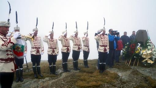 Български гвардейци на връх Кайчакчалан отдават чест пред паметника на загиналите там български войници. Снимката е направена преди разрушаването на паметника от македонски вандали.