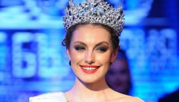 Марина Войкова спечели през миналата 2015 г. титлата Мис България. На тази снимка тя е с короната от националния конкурс.
