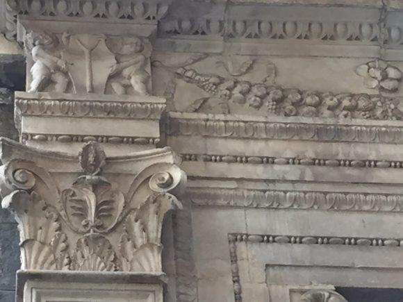 сн. 6 Знакът I, над капелата от ляво на олтара в църквата Сан Агрипино.