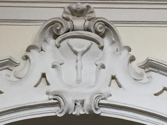 сн. 5 Знакът Y, в централния медальон над капелата отдясно на олтара в църквата Сан Агрипно