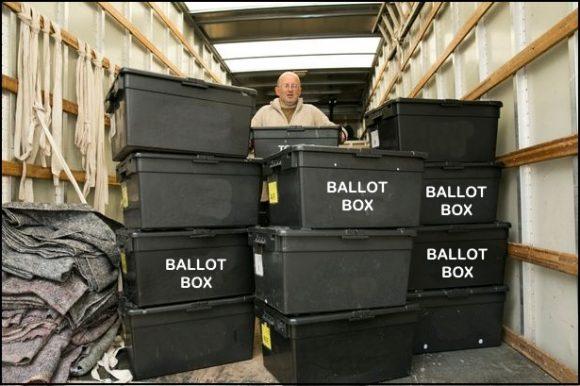 Рандъл Принц позира с намерените от него кутии. Снимка: christiantimesnewspaper