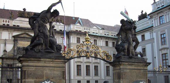 Вратите на бившия кралски дворец в Храдчани