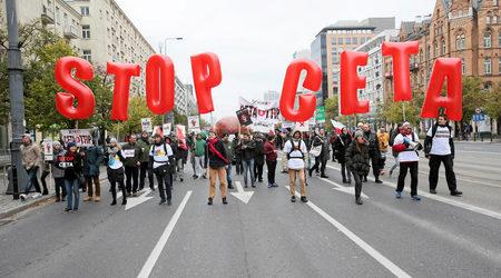 Вчера стотици поляци протестираха във Варшава срещу споразуменията за свободна търговия, които ЕС подготвя със САЩ (ТТИП) и Канада (СЕТА) Фотограф: Agencja Gazeta / Reuters