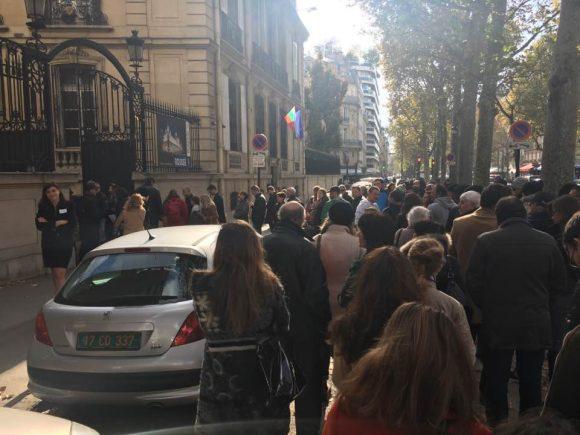 Опашка пред българското посолство в Париж. Снимка: Найо Тицин, Фейсбук