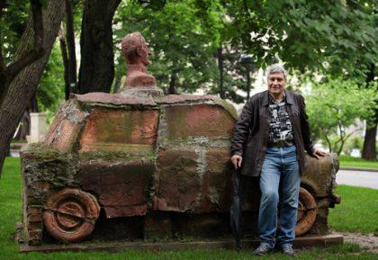Георги Стойков пред скулптура на Георги Донов