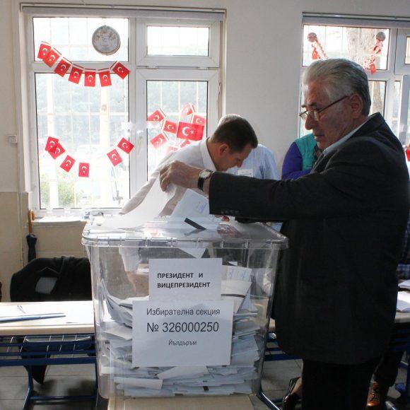 Момент от изборния ден в Бурса. Снимка: БТА