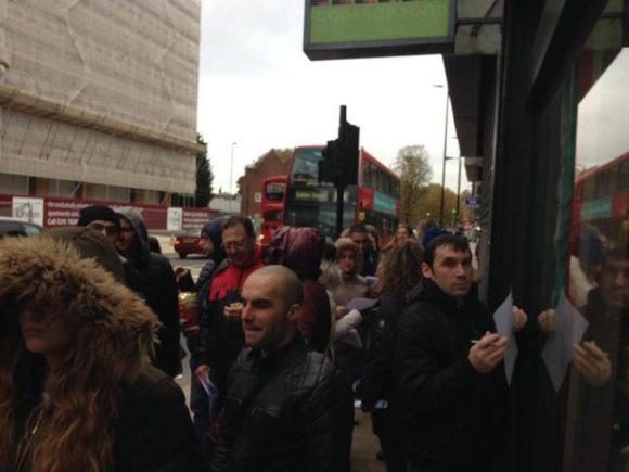"""Пред секцията в Сътън, Лондон. Снимка: Гергана Манолова, в. """"Дневник"""""""