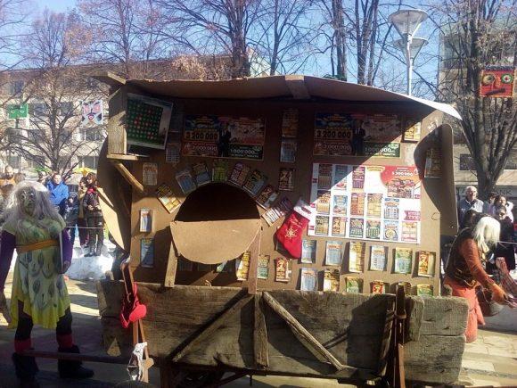 """Пародийна лафка на Сурва фестивал в Перник. Снимка: в. """"СТрума"""" фестивал в"""
