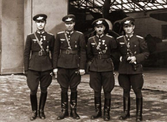 От ляво на дясно: летците Петър Бочев, Чудомир Топлодолски, Стоян Стоянов и Христо Кръстев пред хангар на летище Божурище.